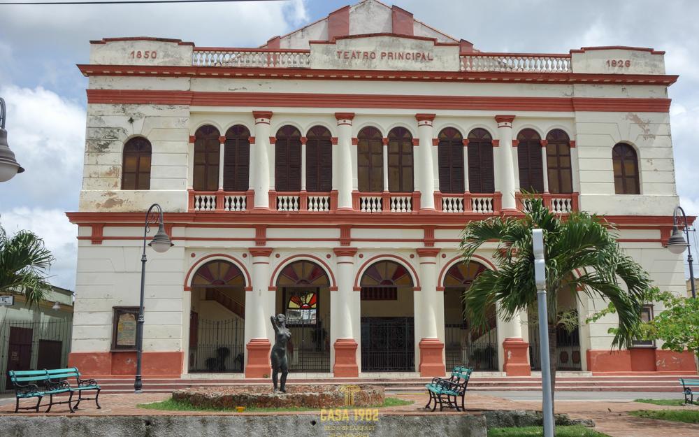 Zwei Jahreszahlen prägen die Fassade des Teatro Principal