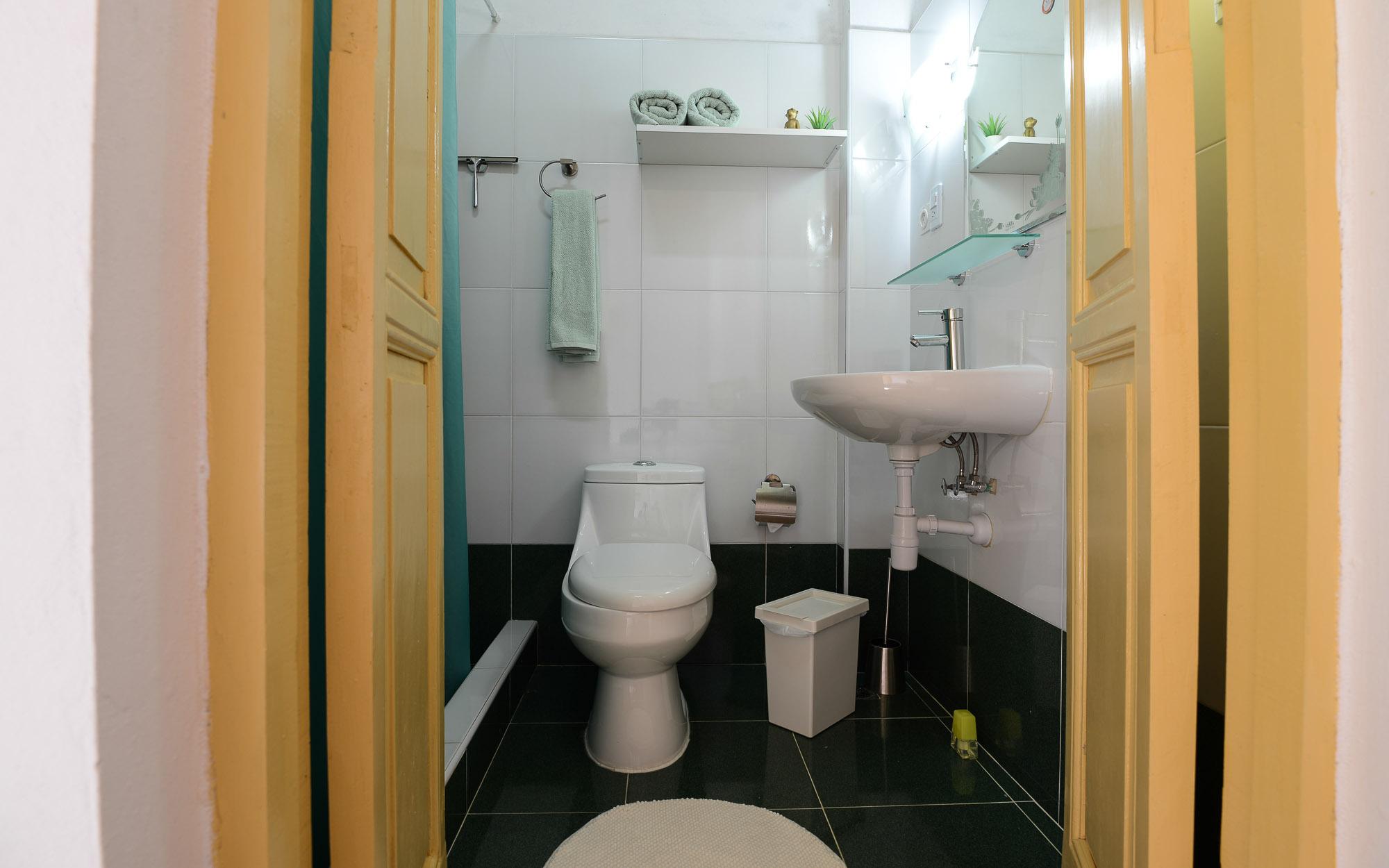 Blick ins Badezimmer von Zimmer 2