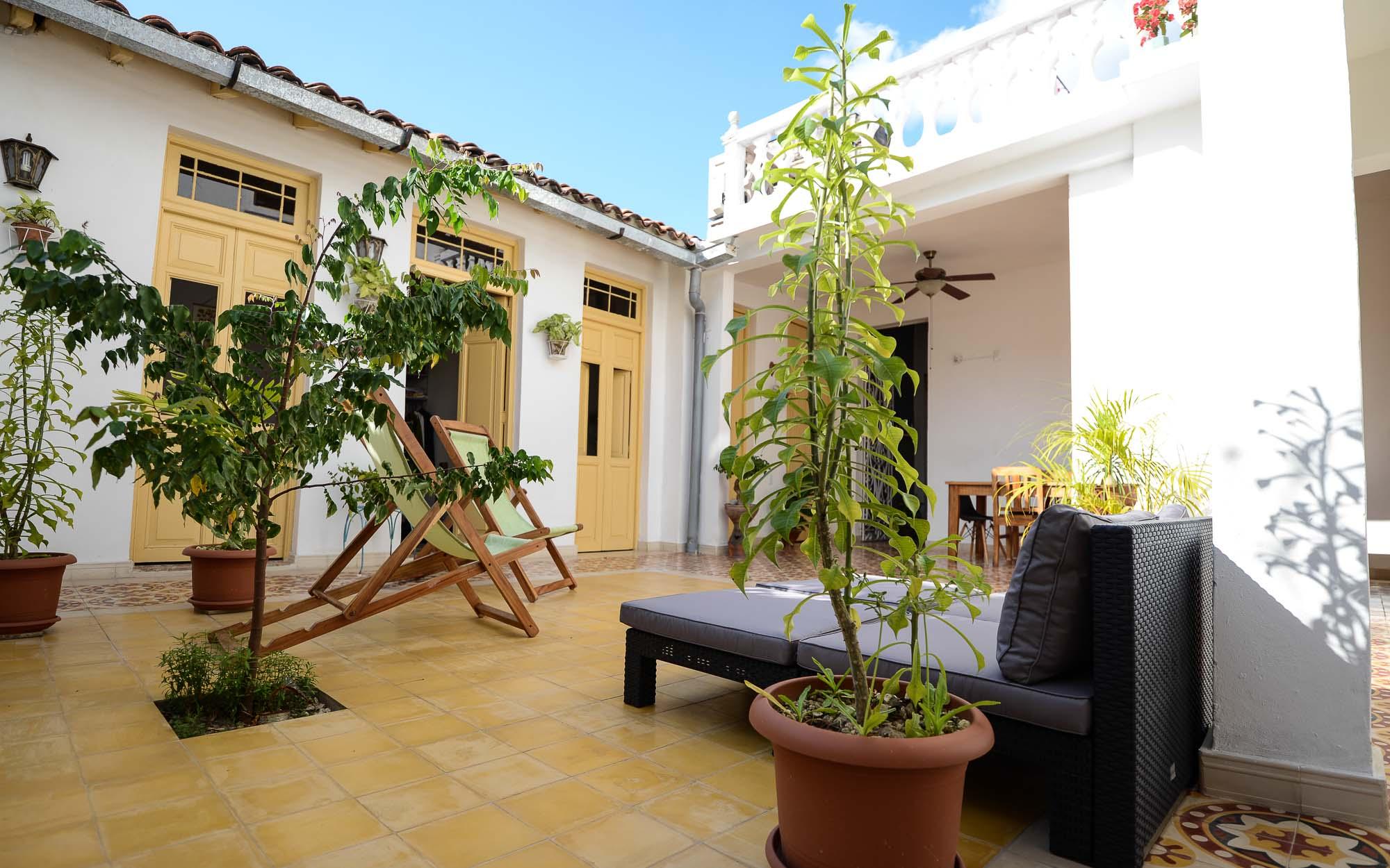 Im Patio von Casa1902 mit Blick zu den Zimmern