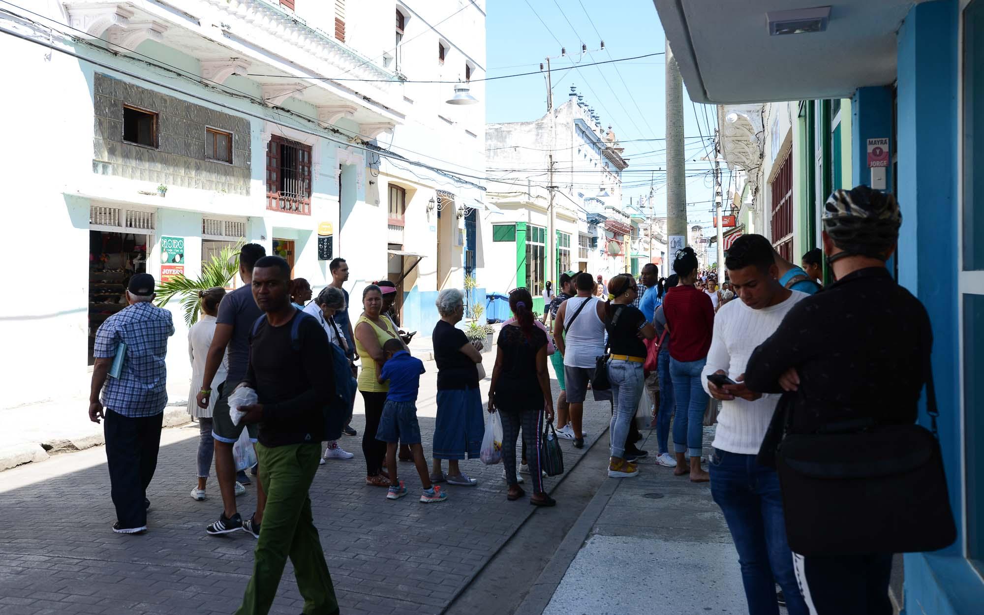 Warteschlangen vor Geschäften gehören zum kubanischen Alltag