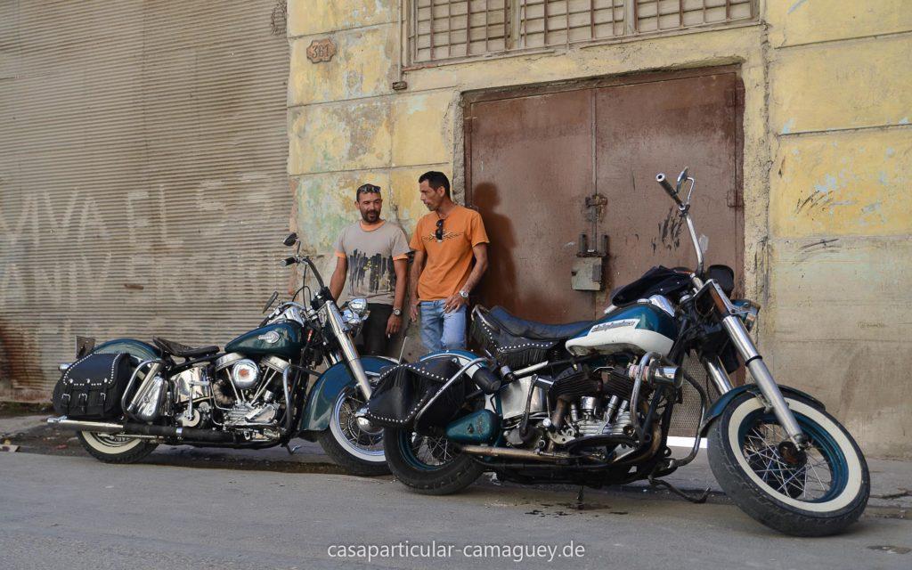 Alberts Bruder mit der Harley beim Plausch in Havanna-Vieja