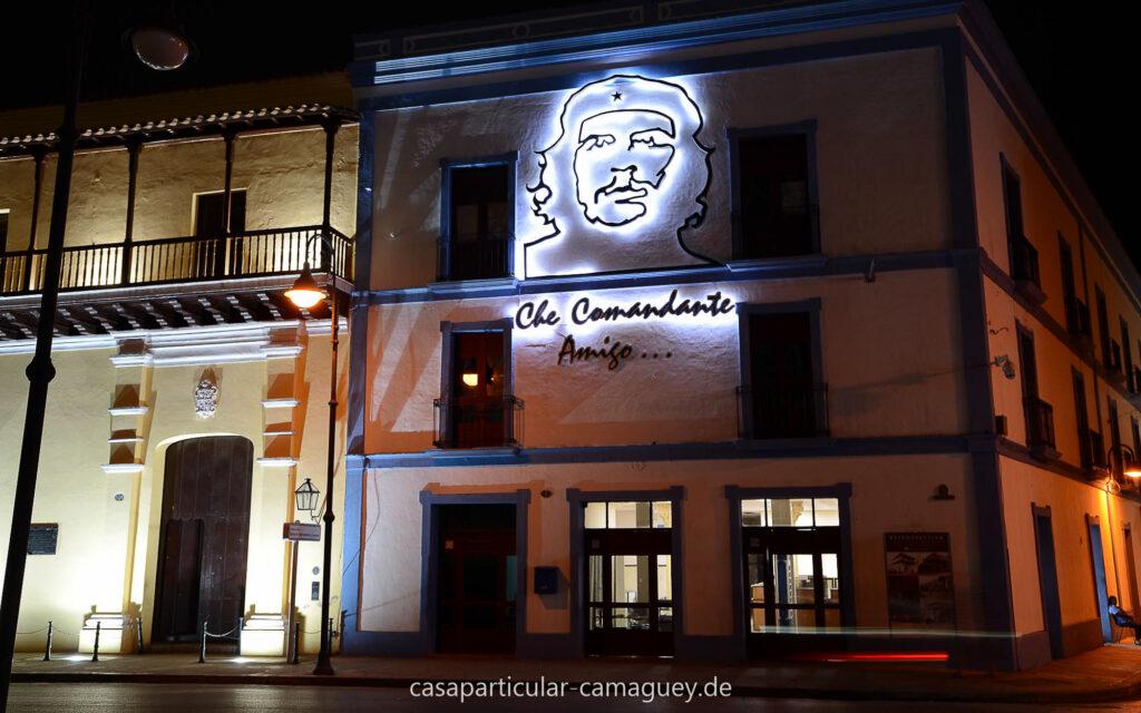 Wird in der Nacht schön beleuchtet: Casa Natal del Mayor
